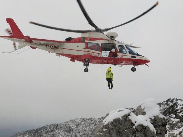 I vigili del fuoco in azione sull'Alben