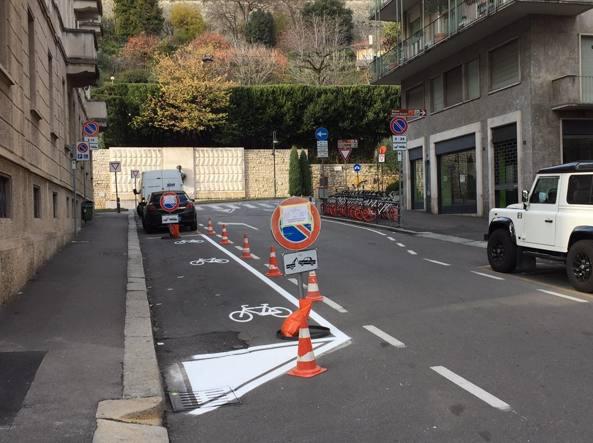 L'area per le biciclette Mobike in fondo a via Locatelli, a pochi metri c'è la Funicolare