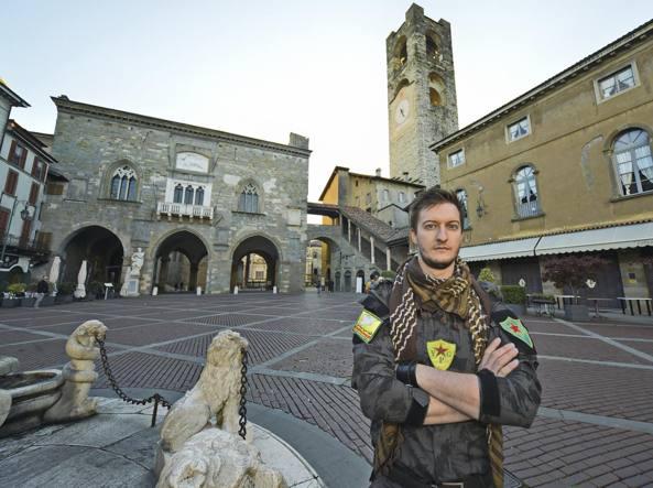 Claudio Locatelli in Piazza Vecchia dopo il ritorno dalla Siria