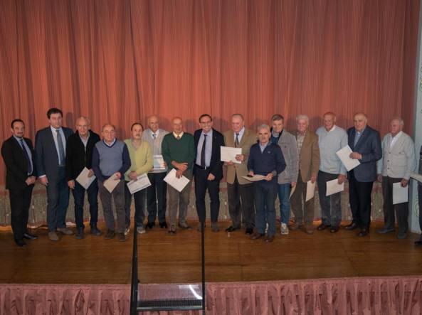Al centro il presidente Giovanni Grazioli, attorno a lui i soci con 50 anni di «anzianità»