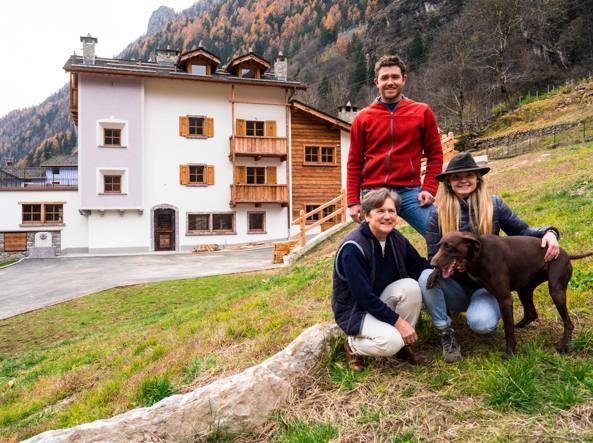 Da destra Astrid Pedretti, il fratello Svan, e la mamma