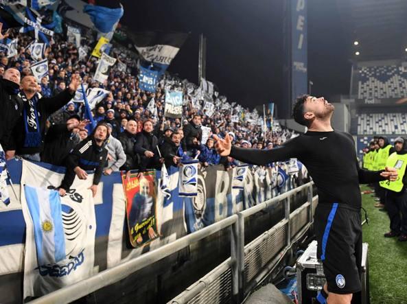 Petagna lancia la maglia ai tifosi alla fine della partita (LaPresse)