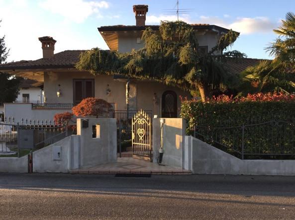 La villa di Carobbio con interni in marmo e accessori griffati