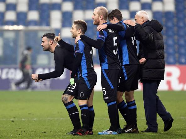 Petagna, Gomez, Masiello, de Ronn e il presidente Percassi: foto ricordo dopo la vittoria contro il Lione