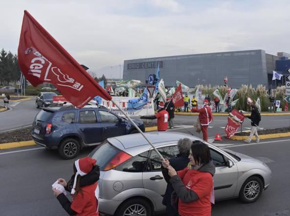 La protesta dei lavoratorio di Oriocenter (LaPresse/Manzoni)