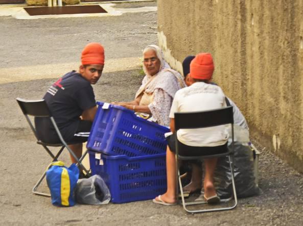 Un gruppo di indiani in un cortile di Seranica di Villongo impegnati a sbavare gomma, il settembre scorso