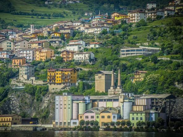 Con l'acquisizione di tutte le attività italiane della holding Cementir, passa a Italcementi anche lo stabilimento di Tavernola, sul lago d'Iseo