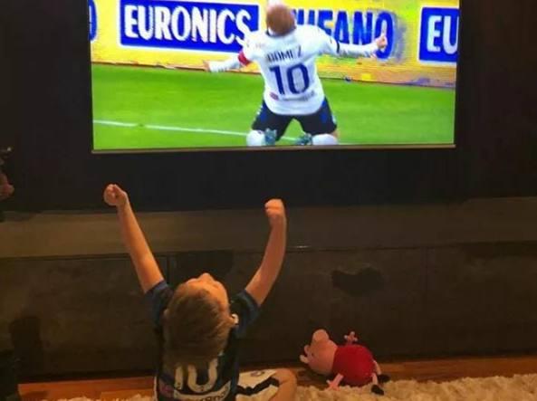 Il piccolo Bautista,  figlio di Papu Gomez, esulta davanti alla televisione nello stesso modo del papà