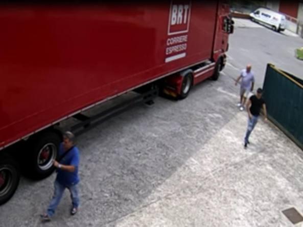 I tre rapinatori di casa nella Bergamasca in azione a volto scoperto