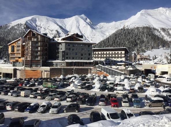 Il parcheggio alla partenza delle piste di Foppolo. Il mountain ticket sarà un pedaggio per accedere agli stalli comunali
