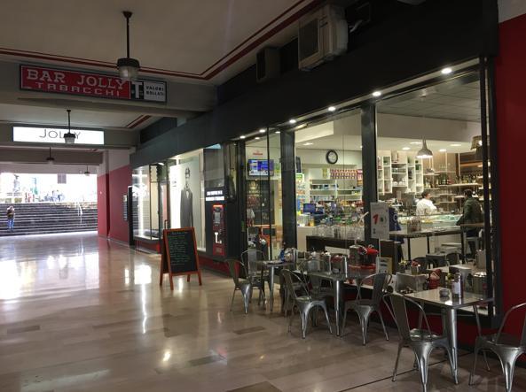 Il bar Jolly si trova nel passaggio Canonici Lateranensi, a Bergamo, zona via Camozzi