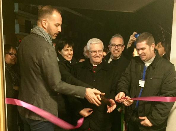 L'inaugurazione: seconda da sinistra Susanna, la mamma di Leo Morghen, poi il vescovo Beschi e il sindaco di Treviolo Pasquale Gandolfi