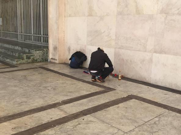 Hannes ritorna sotto i portici di piazza della Libertà dopo la morte dell'amico