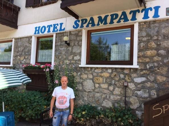Walter Semperboni, uno dei due condannati, di fronte all'hotel Spampatti